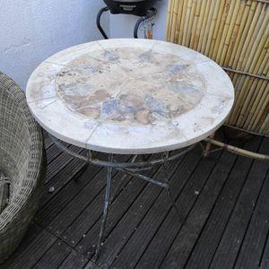 Table avec pied en fer forgé