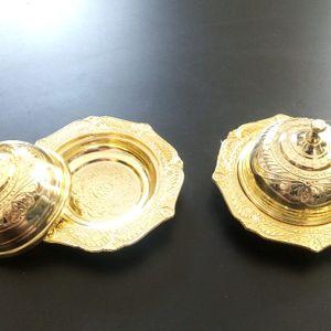 2 petites soucoupes avec couvercle dorées.