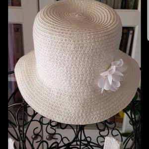 Joli chapeau blanc avec fleurs