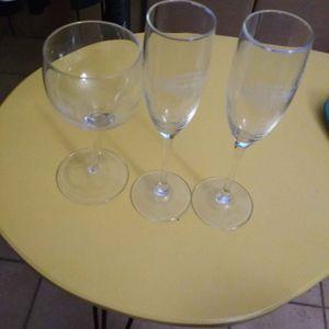 2 flûtes à champagne et 1 verre à pied