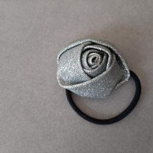 Élastique avec fleur argentée