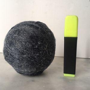 Pelote de laine grise