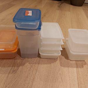 Lot de boites en plastique
