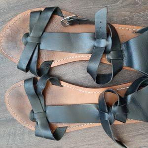 Sandales noires usées