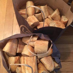 Donne pain frais en morceaux