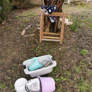 Donne objets divers : bassine, arrosoir, tréteaux, plateau