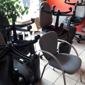 Lot de 9 chaises à roulettes + 1 chaise accoudoir