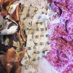 Lot de 3 foulards.