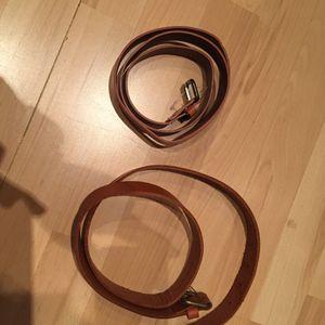 Deux ceintures marrons
