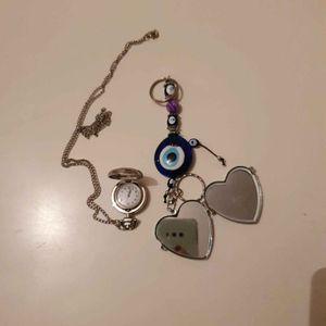 Un collier montre et deux porte-clés