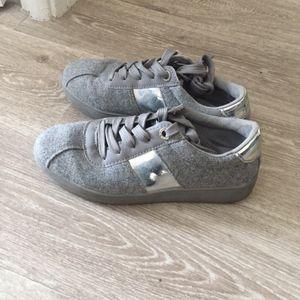 Paire de baskets grise