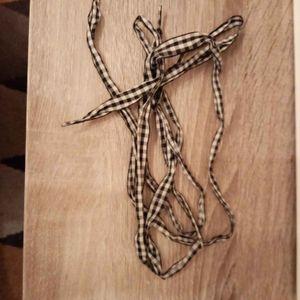 Une paire de lacet carreaux noire et blanc
