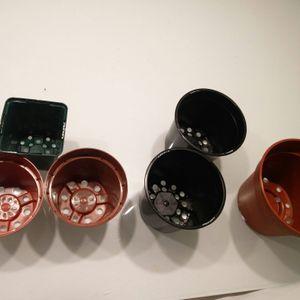 Pots de fleurs en plastique
