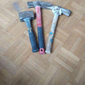 2 marteaux et une masse