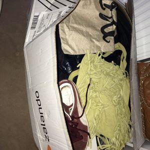 Grand carton remplis de vêtements chaussures sacs