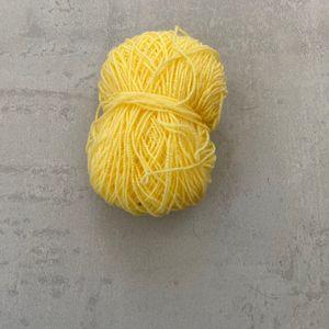 Une pelote de laine jaune