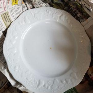 Assiettes blanches creuses et plates, couverts bleus