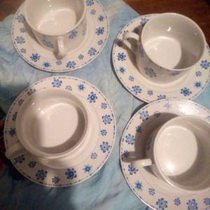 Donne 8 tasses et sous tasses en porcelaine