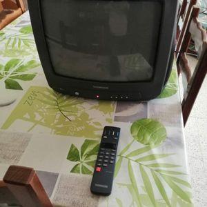 Donne petite télé