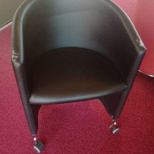 20 fauteuils à roulettes rouges et noirs