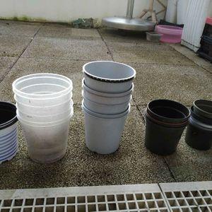 Une dizaine de pots plantes en plastiques