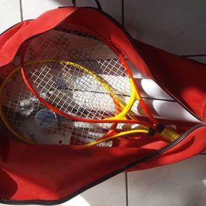 Terrain tennis + 2 raquettes