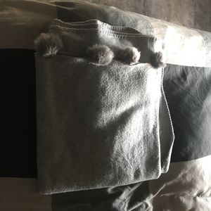 Grand plaid gris avec des pompons
