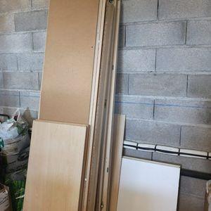 Donne armoire et planches blanches