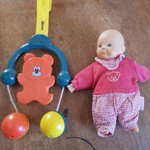 Mobile et petite poupée